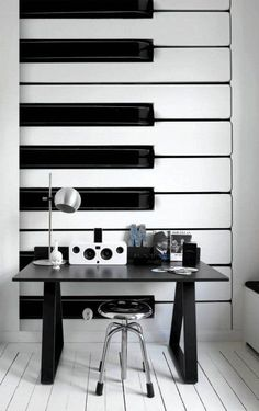 EMPRESÁRIO MUSICAL | o que acha de dar um toque de música no seu home office, investindo em papéis de parede que simulam um teclado?  #TecnisaDecor #Piano #DiadoMúsico #Inspire-se #Tecnisa Foto: LushHome