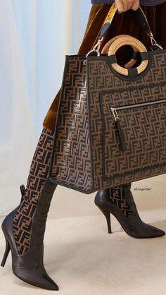 Fendi Pre Case 2018 #fendi #Pradahandbags Fall Handbags, Prada Handbags, Handbags Michael Kors, Louis Vuitton Handbags, Fashion Handbags, Purses And Handbags, Fashion Bags, Fashion Shoes, Burberry Handbags