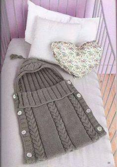 gri renkli kapuşonlu yandan düğmeli örgü bebek tulumu