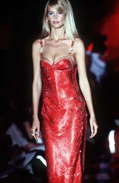 Claudia Schiffer at Atelier Versace F/W 1995 Versace Fashion, Versace Dress, 90s Fashion, Couture Fashion, Fashion Models, Fashion Outfits, Runway Fashion, Claudia Schiffer, 90s Models