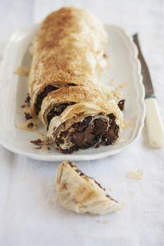 Lo strudel al cioccolato è un dolce da forno preparato con pasta sfoglia, cioccolato fondente e pere, è una variante del tipico dolce del Trentino.