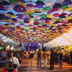 As tasquinhas estão cheias, está tudo a preparar-se para os Fanfare Ciorcalia no @agitagueda ;) #festim2014 #agitagueda #agitagueda2014 #agueda #jasofaltastu #music #concerts #umbrellas #streetart #umbrellaskyproject #agueda #cmagueda #media #arteurbana #chapéus #céu #música #arteurbana
