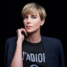 Charlize Theron Your Wedding Countdown This is intended as a guide to help you plan the essential el Charlize Theron Short Hair, Charlize Theron Oscars, Short Pixie, Short Hair Cuts, Short Hair Styles, Short Wedge Hairstyles, Easy Hairstyles, Androgynous Haircut, Androgyny
