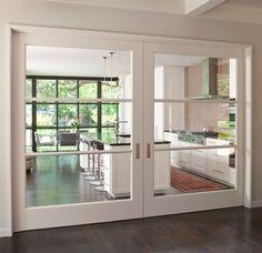 Opción de puertas correderas para la cocina, combinando madera y cristal. Las puertas se meten en la pared, no teniendo que tapar nada.
