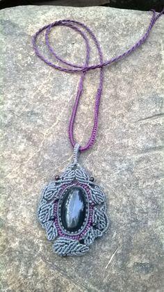 collar en macrame con piedra obsidiana $45