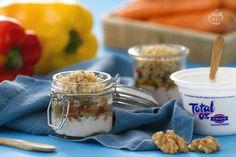 Il mini crumble alle verdure e yogurt è un antipasto sfizioso: tre strati di crumlbe salato, verdure saltate e morbida crema di yogurt greco