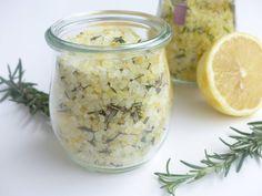 Noch kein Geschenk für Weihnachten? 3 Last Minute Geschenke aus der Küche im Blog: Rosmarin-Zitronen-Salz, eine DIY-Backmischung und DIY-Trinkschokolade!                                                                                                                                                                                 Mehr