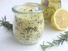 Noch kein Geschenk für Weihnachten? 3 Last Minute Geschenke aus der Küche im Blog: Rosmarin-Zitronen-Salz, eine DIY-Backmischung und DIY-Trinkschokolade!