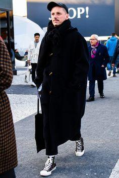 旬なロング丈を採用したダッフルコートでイマっぽく仕上げたメンズ冬コーデ Coat Style For Man, Stylish Men, Men Casual, Grunge Fashion, Mens Fashion, Pool Party Outfits, Fashion Silhouette, Masculine Style, Street Style