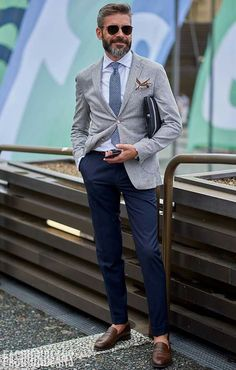 Pair a grey blazer with navy chinos for a work-approved look. A pair of brown leather loafers will seamlessly integrate within a variety of ensembles. A killer outfit like this one is just what you need on a hot weather day. Fashion Mode, Look Fashion, Fashion Outfits, Fashion Styles, Fashion Spring, Fashion Advice, Fashion 2017, Paris Fashion, Runway Fashion