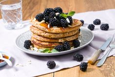 Try out these tasty and fluffy blackberry pancakes. #blackberry #bramen #brombeeren #pancakes #pfannkuchen #hafer #rolledoats #pannenkoeken