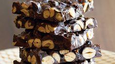 Peanut-Raisin Bark Recipe Chocolate covered raisins and peanuts together in one delicious treat! Chocolate Covered Raisins, Chocolate Bark, Chocolate Lovers, Chocolate Spread, Dessert Chocolate, Chocolate Heaven, Nutella Fudge, Nutella Recipes, Chocolate Recipes