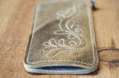 Hey, I found this really awesome Etsy listing at https://www.etsy.com/listing/239222854/fairphone-2-deerskin-leather-sleeve