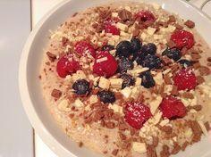 Nesnídat je hřích, zvláště, když existuje takové blaho, jako je domácí ovesná kaše. vyzkoušejte ji ještě dnes! Oatmeal, Yummy Food, Healthy Recipes, Vegan, Breakfast, Smoothie, Food Ideas, The Oatmeal, Morning Coffee