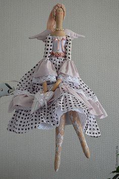 Tilda doll - so pretty clothing! Doll Crafts, Diy Doll, Doll Clothes Patterns, Doll Patterns, Fabric Toys, Sewing Dolls, Doll Maker, Waldorf Dolls, Soft Dolls