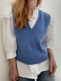 Strikkeopskrift: Vest med v-hals fra My Favorite Things Knitwear Sweater Vest Outfit, Shrug Sweater, Vest Outfits For Women, Cardigans For Women, Knit Vest Pattern, Knit Patterns, Cute White Shirts, How To Purl Knit, Knit Fashion