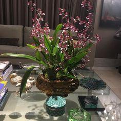 Hoje minha mesa está assim! Bom dia com flores e perfume. Peça antiga herança da minha querida D.Ivone enfeitando nossa casa montagem das mãos habilidosas do querido Israel @verdequetequeroverde  @flores @natureza @karinalse31