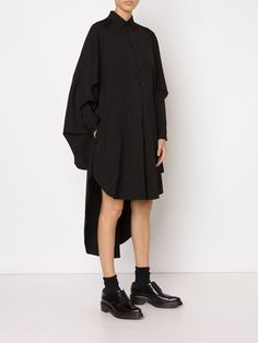 All day dresses. Never be stuck without something to wear with our collection of designer day dresses at Farfetch. Dark Fashion, Minimal Fashion, Japanese Minimalist Fashion, Fashion Fashion, Japanese Fashion Designers, Look 2017, Black Wardrobe, Inspiration Mode, Yohji Yamamoto