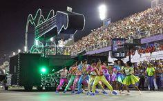 Dançarinos da comissão de frente da Mocidade se apresentaram com fantasias coloridas