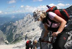 #Rundwanderung zur #Zugspitze.  Übers #Höllental rauf und übers Reintal runter! Diesen Genuss muss man erleben! Wer träumt nicht davon den höchsten Berg Deutschlands, die Zugspitze 2962m, zu besteigen. Wir vereinen die zwei wohl schönsten Anstiege auf die Zugspitze zu einer landschaftlich schönen, bergsteigerisch abwechslungsreichen und fordernden Tour. An den schwierigen Stellen stets gesichert durch deinen Bergführer. Geführte #Wanderung mit #Klettern jetzt bei #Royalticket buchen.