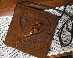 Купить или заказать Валяная сумочка 'Талисман' в интернет-магазине на Ярмарке Мастеров. Валяная сумочка темно-горчичного цвета. На длинном кожаном, коричневом ремешке. Застегивается сумочка на магнитную кнопку. Декор -россыпь янтаря и бисера. 'Каким владеешь ты секретом, Янтарь, балтийский самоцвет, Сияя нам чуде…