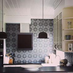 Kolla in detta snygga kök med Voltaire-Smoke  Besök gärna www.vaniljmedliterott.blogspot.se Tack för fina bilder  #kakel #klinker #fliser #tiles #flooring #voltaire #design #smoke #marrakechgolv #marrakechkakel #marockanskt #maroccan #marrakechdesign #kök #kitchen