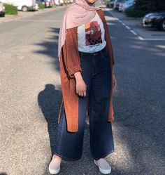 Discover recipes, home ideas, style inspiration and other ideas to try. Hijab Fashion Summer, Modern Hijab Fashion, Hijab Fashion Inspiration, Muslim Fashion, Modest Fashion, Fashion Outfits, Abaya Fashion, Retro Fashion, Hijab Style