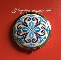 Cross Stitch Borders, Cross Stitch Patterns, Palestinian Embroidery, Folk Embroidery, Jewerly, Badge, Diy And Crafts, Handmade Jewelry, Pendants