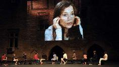 'Cour d'Honneur' op het festival in Avignon: Het publiek in de hoofdrol. De toeschouwers-acteurs werden via krantenadvertenties geronseld. Als ze gezamenlijk op de rij stoelen met het gezicht naar de publiekstribune plaatsnemen blijkt meteen hoe podiumvast ze zijn. Alle leeftijdscategorieën zijn vertegenwoordigd. De huisarts, de leraar, de verpleegkundige, de opvoeder en de filmtechnicus hebben één ding gemeen: hun liefde voor het theater. | > vergelijkbaar met komst xia