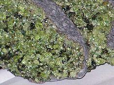 Olivín v bazaltu (čediči).