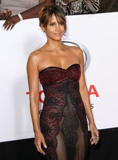 Halle Berry almost nude dress Halle Berry Style, Halle Berry Hot, Beautiful Celebrities, Beautiful Actresses, Hale Berry, African American Beauty, Bond Girls, Actrices Hollywood, Belle