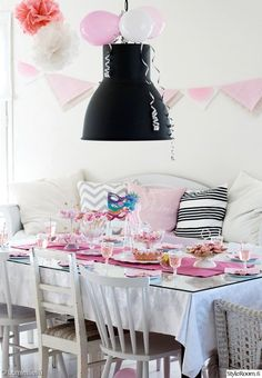 prinsessatyyli,prinsessajuhlat,juhlat,lastenjuhlat,lastenjuhlakattaus,vaaleanpunainen,vaaleanpunainen kattaus,teemajuhlat,keittiö,olohuone,pastellisävyt,pastellivärit,lasten synttärit,viiri,viirinauha,pom pom,serpentiini,juhlakoristeet,juhlakoristelu