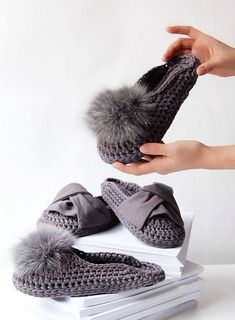 These look amazingly comfortable. I couldn't find a pattern but I have ideas on how to make them and make them into a cool pair of outdoor slippers. Crochet Sandals, Crochet Socks, Knitting Socks, Crochet Yarn, Knit Slippers Free Pattern, Knitted Slippers, Knitted Bags, Knitting Daily, Knitting Club