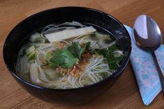 Eet je graag instant noodles? Dat kan nog steeds, er zijn verschillende soorten vegan noodles te verkrijgen. Kijk daarvoor eens rond bij de toko of Chinese supermarkt. Deze soep is een gezondere variant, met verse groenten en bamboescheuten. Ook een heerlijk tussendoortje!