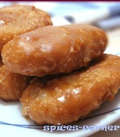 Fried sweet sticky rice cake glazed with caramel. Sweet crunchy on the outside, soft and sticky in the inside! Indonesian Desserts, Asian Desserts, Indonesian Food, Indonesian Recipes, Sweet Sticky Rice, Cookie Recipes, Snack Recipes, Resep Cake, Malay Food