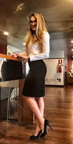 Find out what to wear to the office this Summer. Discover more than fifty cute work outfits that feature the elegant pencil skirt. Summer Work Outfits, Office Outfits, Trendy Outfits, Pencil Skirt Outfits, Dress Outfits, Casino Dress, Dress Up Costumes, Going Out Outfits, Work Attire