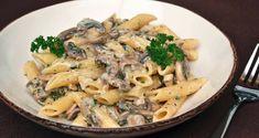 Απίθανη συνταγή για μακαρόνια σε πλούσια σάλτσα μανιταριών με κρεμμύδι, κρασί και σκόρδο.