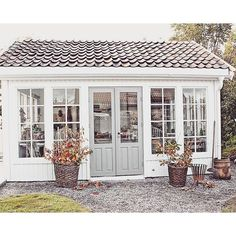 Are you looking garden shed plans? I have here few tips and suggestions on how to create the perfect garden shed plans for you. Building A Shed, Small House, House Exterior, Garden Studio, Shed Design, Shed Decor, Home Garden Design, Exterior House Colors, Backyard Office