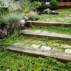 女性で、4LDKの枕木の階段/グランドカバー/NO GREEN NO LIFE/植物…などについてのインテリア実例を紹介。「ただ土に埋めてるだけの階段」(この写真は 2016-09-10 22:15:20 に共有されました)