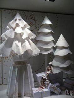 """Sapins de Noël """"couture"""" dans les vitrines de la Maison Chanel, avenue Montaigne, Paris 8e (75), décembre 2010, photo Alain Delavie"""