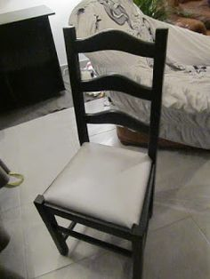 You have old chairs or found in a flea market … Prepare your equipment: Brush, undercoat, wood paint, c … Old Furniture, Recycled Furniture, Old Chairs, Dining Chairs, Renovation D, Basement Remodeling, Painting On Wood, Floor Chair, Sweet Home