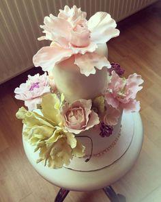 Poppy cream with cherry jelo 💕 Fondant, Poppies, Cake Decorating, Cream, Food, Gum Paste, Beautiful Cakes, Cherry, Fantasy