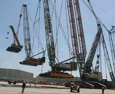 Foto de Euroden SL. Una grúa Liebherr presumiendo de su capacidad en un show de #construcción vía twitter @GeotechTips