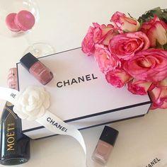 Sundays... 🙏🏻🌹❤️🍾💓 #oohflowers  #couture #oohcharlottecouture #chanel #chanelparis #chanelclassic #paris #fashion #luxury #fashionblogger #fashionblogger_de #lifestyle #goodlife #blogger_de #bloggerstyle_de #roses #rosestagram #flowers #moetchandon #