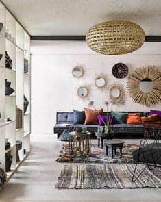 Kleurrijke woonkamer met bohemien interieur | Colorful living room with bohemian interior | vtwonen 10-2017 | Fotografie Alexander van Berge | Styling Marianne Luning