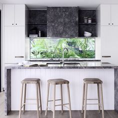 Nestled into rainforest on the edge of a national park in Noosa, on Queensland's Sunshine Coast, a dated holiday home has been given a refreshing makeover by Melbourne interior design firm, Mim Design. Mid Century Decor, Mid Century House, Tiny House Design, Modern House Design, Sleeps Until Christmas, Mim Design, Mid Century Modern Design, Small Living, Kitchen Design