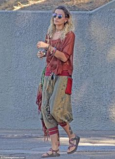 Showing her style: Paris Jackson oozed of boho chic while enjoying a solo outing in Los Angeles on Friday - The latest in Bohemian Fashion! These literally go viral! Paris Jackson, Boho Gypsy, Bohemian Style, Hippie Boho, Boho Chic, Winter Hippie, Bohemian Summer, Modern Hippie, Gypsy Style