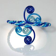 Ce bracelet est fait de fils en aluminium de calibre trois 12 anodisé dans une teinte brillante du Blues. Jai fait et conçu cette pièce dêtre réglable et confortable à porter. Cet aluminium est assez mou à mouler à votre poignet mais forte, assez pour maintenir sa forme. Il peut être