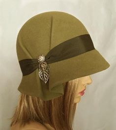 Amelia, Fur Felt Cloche hat from the Downton Abbey era, khaki green color - Et . Downton Abbey, Sombreros Cloche, Cloche Hats, Hat Blocks, Millinery Hats, Fancy Hats, Love Hat, Felt Hat, Looks Vintage