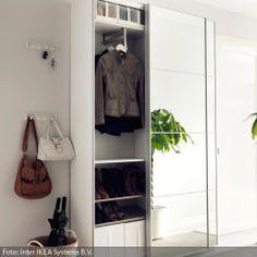 Ein Spiegelschrank mit Schiebetüren ist wohl das praktischste Möbelstück für den Flur: Die Schiebetüren nehmen keinen unnötigen Platz weg und ein Spiegel bietet die Möglichkeit, vor dem Verlassen des Hauses noch einen schnellen Blick auf sein Outfit zu werfen. Für besonders enge Flure eignet sich ein besonders flacher Spiegelschrank.